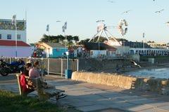 De mensen genieten van de zon in Porthcawl, Zuid-Wales, het UK Royalty-vrije Stock Afbeelding