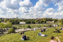 De mensen genieten van zonnige Zondag in Mauerpark in Berlijn stock fotografie