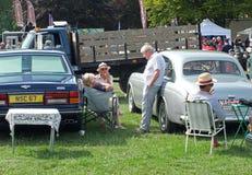 De mensen in gesprek hingen klassieke auto's bij rond hebden brug uitstekend weekend het openbare voertuig toont Royalty-vrije Stock Afbeelding