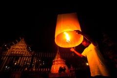 De mensen geven hemellantaarns tijdens de vieringen van het Nieuwjaar vrij Royalty-vrije Stock Foto's