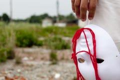 De mensen geven het witte masker en de rode wol vrij Royalty-vrije Stock Foto's