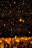 De mensen geven Khom Loi, de hemellantaarns tijdens Yi Peng of het festival van Loi vrij Krathong Royalty-vrije Stock Afbeeldingen