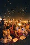 De mensen geven Khom Loi, de hemellantaarns tijdens Yi Peng of het festival van Loi vrij Krathong Stock Afbeelding
