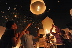 De mensen geven Khom Loi, de hemellantaarns tijdens Yi Peng of het festival van Loi vrij Krathong Stock Foto