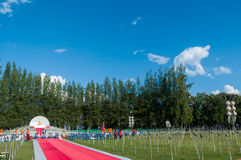 De mensen geven Khom Loi, de hemellantaarns tijdens Yi Peng of het festival van Loi vrij Krathong Royalty-vrije Stock Foto's