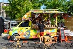 De mensen geven opdracht tot maaltijd van voedselvrachtwagens bij de Markt van de Voedselvrachtwagen in Bangkok Royalty-vrije Stock Afbeelding