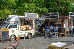 De mensen geven opdracht tot maaltijd van voedselvrachtwagens bij de Markt van de Voedselvrachtwagen in Bangkok Stock Foto's