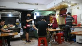 De mensen geven opdracht tot voedsel dat en het eten van vlees met de peper van Sichuan bij restaurant wordt geroosterd stock videobeelden