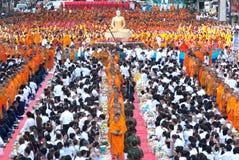 De mensen geven voedsel dat aan Boeddhistische monnik aanbiedt. Royalty-vrije Stock Foto's