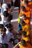 De mensen geven voedsel dat aan Boeddhistische monnik aanbiedt. Royalty-vrije Stock Afbeelding