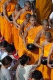 De mensen geven voedsel dat aan Boeddhistische monnik aanbiedt. Stock Fotografie
