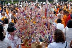 De mensen geven voedsel dat aan Boeddhistische monnik aanbiedt. Royalty-vrije Stock Fotografie