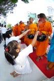 De mensen geven voedsel dat aan Boeddhistische monnik aanbiedt. Stock Afbeelding