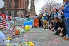 De mensen goten over de herdenkingsopstelling op Boylston-Straat in Boston, de V.S., Royalty-vrije Stock Foto