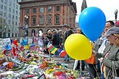 De mensen goten over de herdenkingsopstelling op Boylston-Straat in Boston, de V.S. Royalty-vrije Stock Foto's