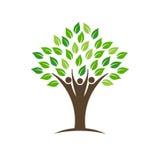 De mensen groeperen boomembleem met bladeren, boomstam en handen Stock Afbeeldingen