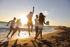 De mensen groeperen het lopen op het strand Stock Afbeeldingen