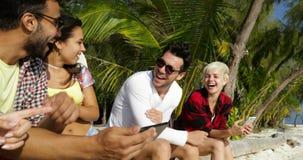 De mensen groeperen Mededeling Gebruikend Cel Slimme Telefoons Babbelend online het Spreken, Sit Outdoors Under Palm Trees stock videobeelden