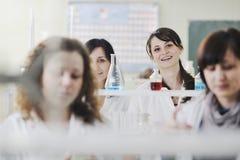 De mensen groeperen zich in laboratorium Stock Afbeeldingen