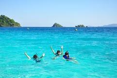 De mensen groeperen zich met snorkelen op oceaan Stock Fotografie