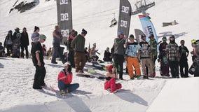De mensen hangen uit bij skitoevlucht fotografen Zonnige dag Witte helling Sport stock video