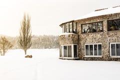 De mensen hebben een rust bij koffie De mening van het de winterlandschap stock foto's