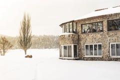 De mensen hebben een rust bij koffie De mening van het de winterlandschap stock foto