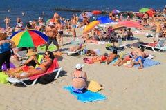 De mensen hebben een rust in de zomer op het zandige strand van de Oostzee Royalty-vrije Stock Foto's