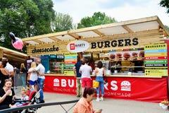 De mensen hebben een snack bij het Festival van het Straatvoedsel in centraal park Cluj royalty-vrije stock afbeeldingen