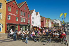 De mensen hebben lunch bij straatrestaurants in Bruggen in Bergen, Noorwegen Stock Afbeeldingen