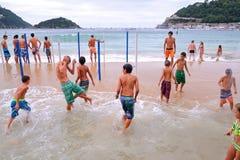 De mensen hebben pret bij het Donostia strand van La Concha Stock Afbeelding