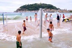 De mensen hebben pret bij het Donostia strand van La Concha, bij Baskisch Stock Afbeelding