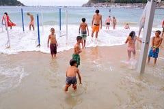 De mensen hebben pret bij het Donostia strand van La Concha, bij het Baskische Festival Stock Afbeeldingen