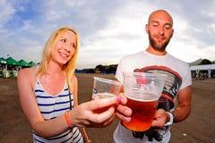 De mensen hebben pret, drinken bier en horlogeoverleg bij FIB Festival Stock Afbeelding
