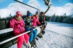 De mensen heffen op skilift in de sneeuwbergen op Royalty-vrije Stock Afbeeldingen