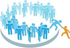 De mensen helpen nieuw lid tot grote groep toetreden Stock Afbeelding