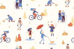 De mensen in de herfst parkeren het hebben van pret, lopend de hond, die fiets berijden, springend op vulklei, spelend met de her Royalty-vrije Stock Foto's