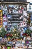 De mensen herinneren Michael Jackson met kaarten en brieven bij st Stock Foto's