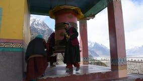 De mensen het bidden en rite roteren en spinnen gebedwielen in Diskit-Klooster in Nubra in Leh Ladakh in Jammu en Kashmir, India stock videobeelden