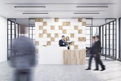 De mensen in het bureau lobbyen met betegelde witte en houten muur Stock Afbeelding