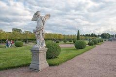 De mensen in de Hogere Tuin van het Museum van de Staat bewaren Peterhof Rusland royalty-vrije stock afbeeldingen