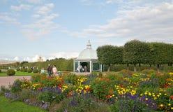 De mensen in de Hogere Tuin van het Museum van de Staat bewaren Peterhof Rusland stock afbeeldingen