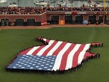de mensen houden een Vlag van de V.S. in de vorm van countr stand stock foto