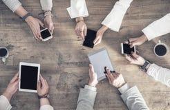 De mensen houden hun mobiles op hun hand royalty-vrije stock foto's