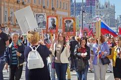 De mensen houden portretten van hun verwanten in de actie 'Onsterfelijk regiment 'op Overwinningsdag in Moskou stock fotografie