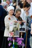 De mensen houden portretten van hun verwanten in het actie` Onsterfelijke regiment ` op Overwinningsdag in Volgograd stock fotografie