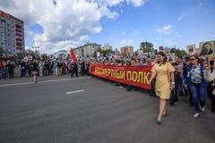 De mensen houden rode banner van Onsterfelijk regiment en portretten van hun verwanten op 9 Mei, 2016 in Ulyanovsk, Rusland Royalty-vrije Stock Foto