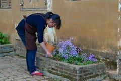 De mensen houden van bloemen royalty-vrije stock afbeeldingen