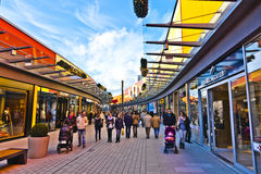 De mensen houden van winkelend in de nieuwe Wandelgalerij Stock Foto's