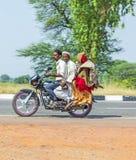 De mensen in India berijden op een autoped Stock Afbeeldingen